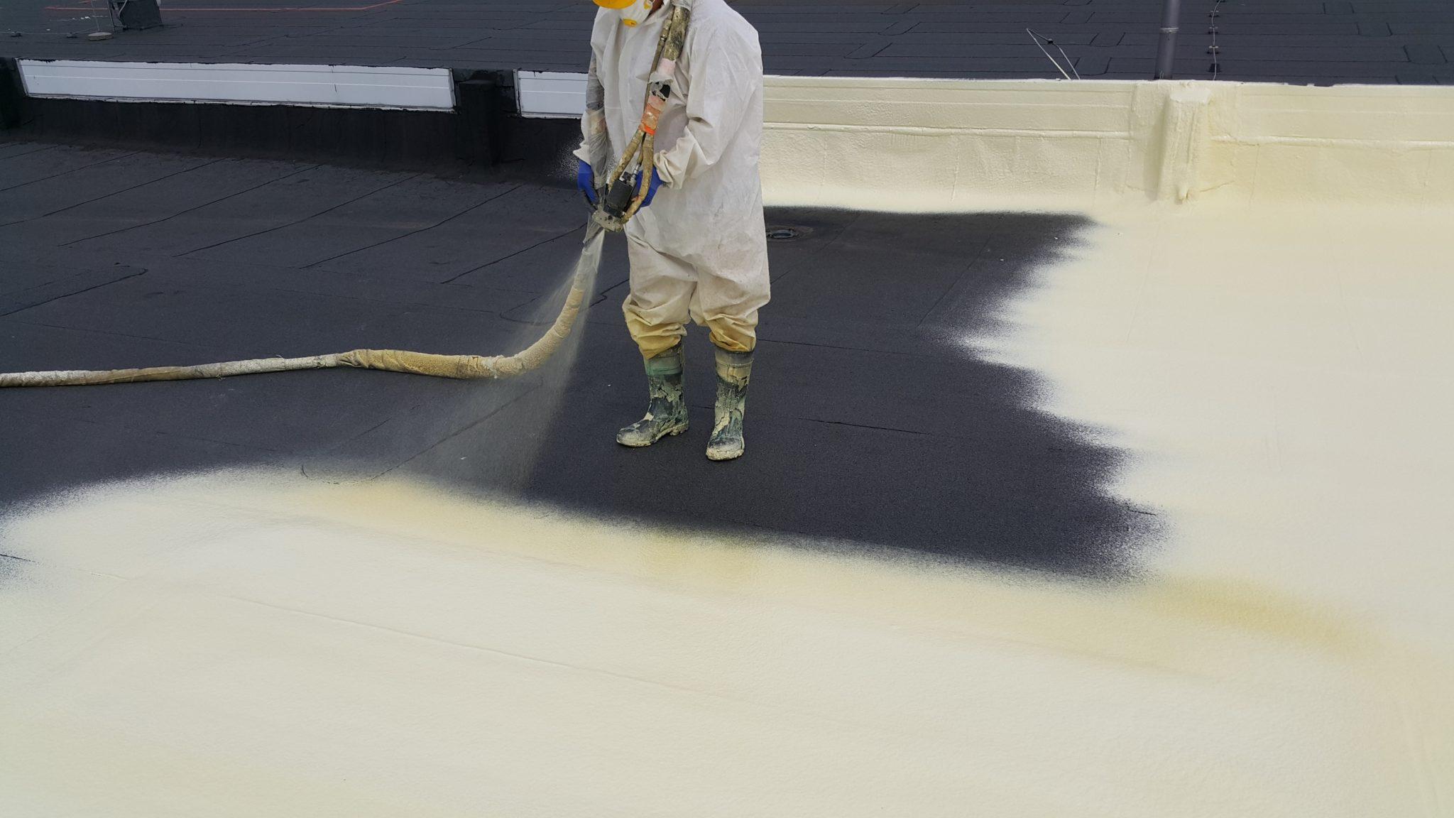 Docieplanie dachu pianką metoda natryskowa